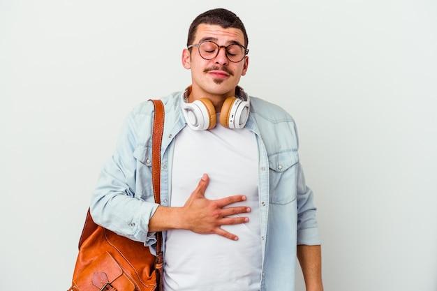孤立した音楽を聴いている若い白人学生の男