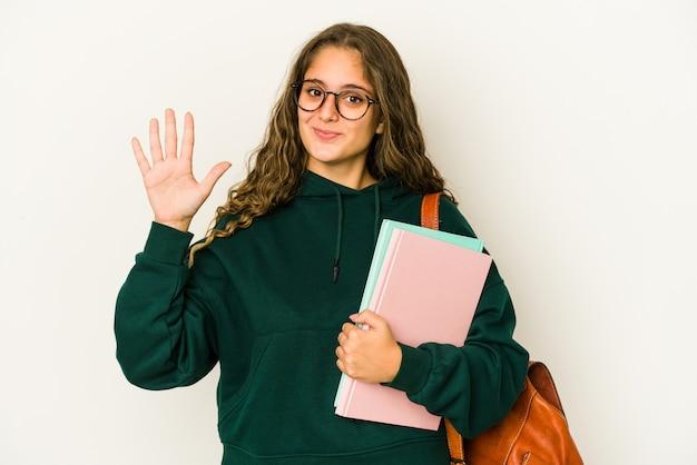 젊은 백인 학생 여자 절연 손가락으로 5 번을 보여주는 명랑 웃 고.