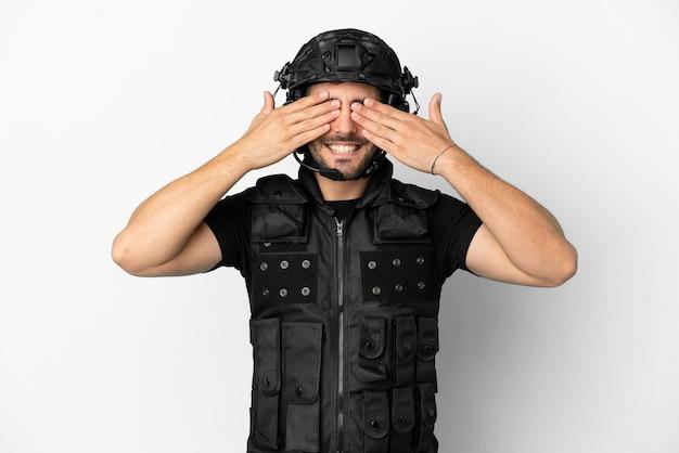 Молодой кавказский спецназ на белом фоне, закрывая глаза руками