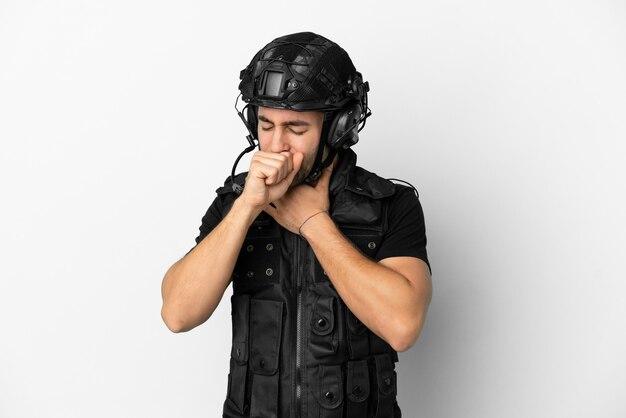 Молодой кавказский спецназ на белом фоне страдает от кашля и плохо себя чувствует