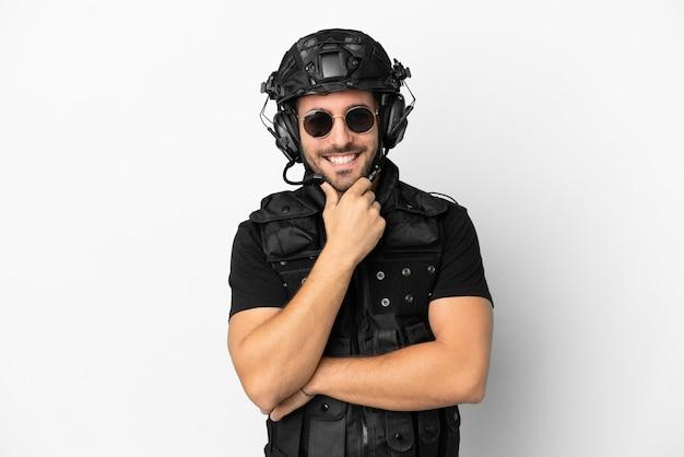 Молодой кавказский спецназ изолирован на белом фоне в очках и улыбается