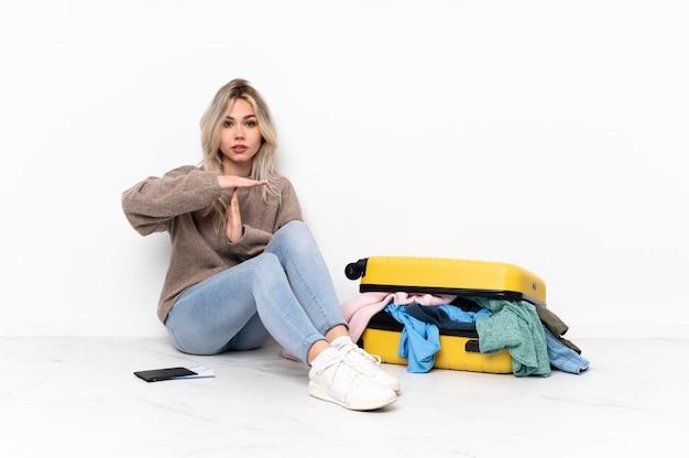 Молодая женщина кавказских путешествия за сидя на полу
