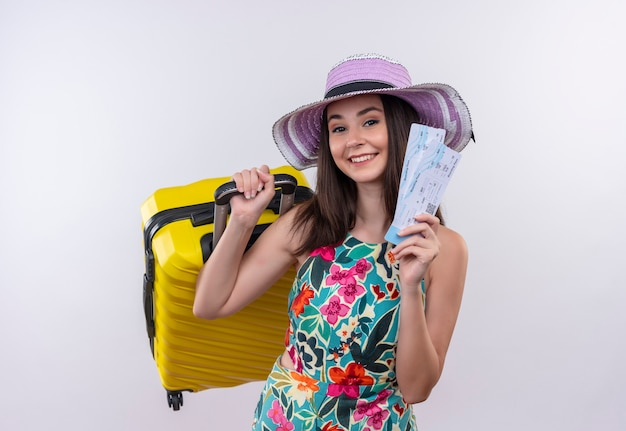 격리 된 흰색 배경에 sutcase 및 티켓을 들고 모자를 쓰고 젊은 백인 여행자 소녀