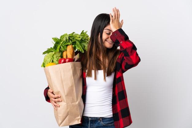 白い壁に野菜を隔離した若い白人は何かを実現し、解決策を意図しています