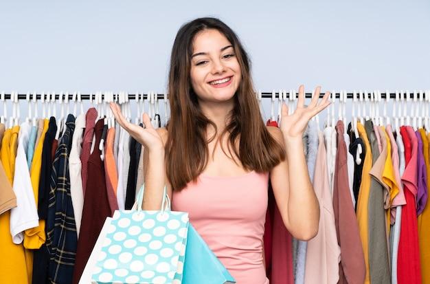 店で服を買う白人女性
