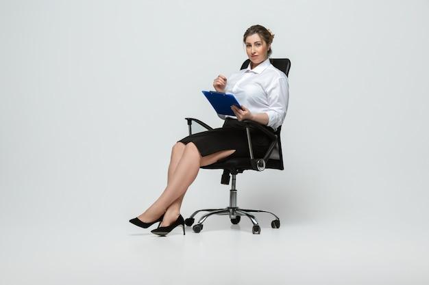 Giovane donna caucasica in abbigliamento casual. personaggio femminile positivo del corpo, oltre a imprenditrice di dimensioni