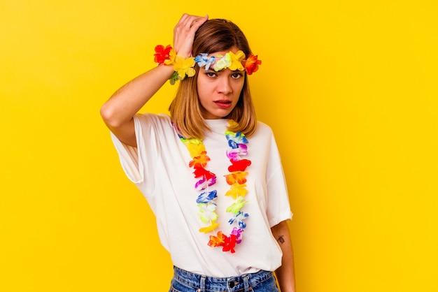 노란색 벽에 고립 된 하와이 파티를 축하하는 젊은 백인 여자는 충격을 받고, 그녀는 중요한 회의를 기억했습니다