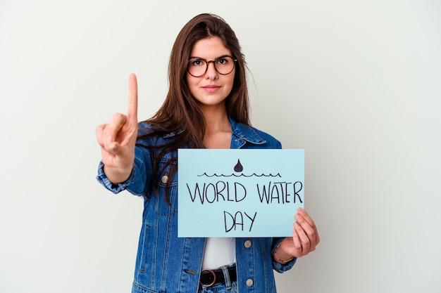 충격을 받고 분홍색에 고립 된 세계 물의 날을 축하하는 젊은 백인 여자, 그녀는 중요한 회의를 기억했습니다.