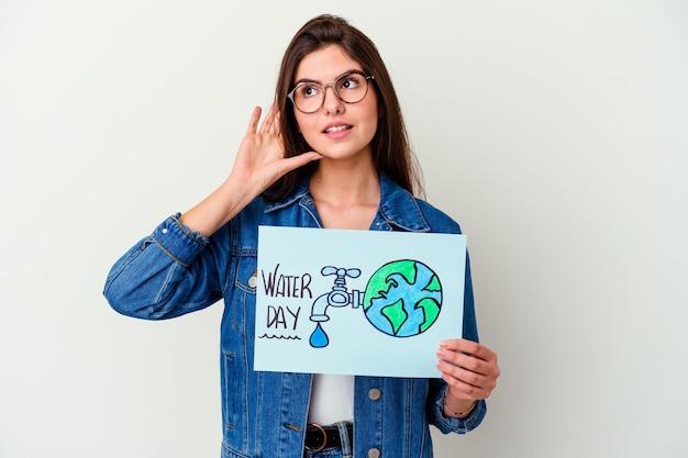 핑크 명랑 하 고 자신감을 보여주는 확인 제스처에 고립 된 세계 물의 날을 축 하하는 젊은 백인 여자.