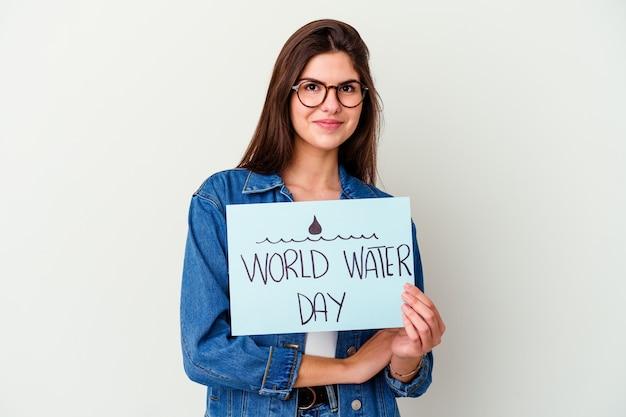 엄지 손가락으로 멀리, 웃음과 평온한 핑크 포인트에 고립 된 세계 물의 날을 축하하는 젊은 백인 여자.