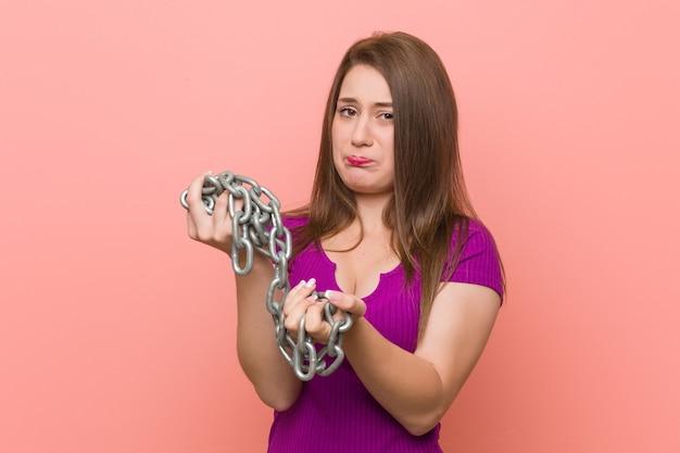 鎖でつながれた若い白人女性