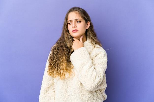 Молодая кавказская женщина, выражающая эмоции изолированы