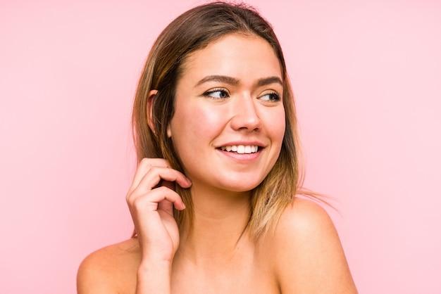若い白人女性の顔のクローズアップ孤立