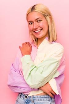 ピンクの背景で隔離の若い白人女性の顔のクローズアップ