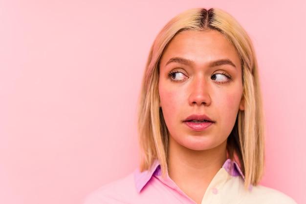 분홍색 벽에 고립 된 젊은 백인 여자 얼굴 근접 촬영 프리미엄 사진