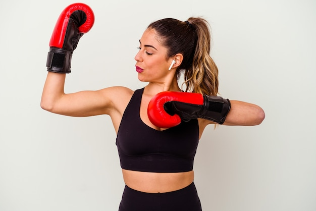 白で隔離ボクシンググローブと戦う若い白人女性