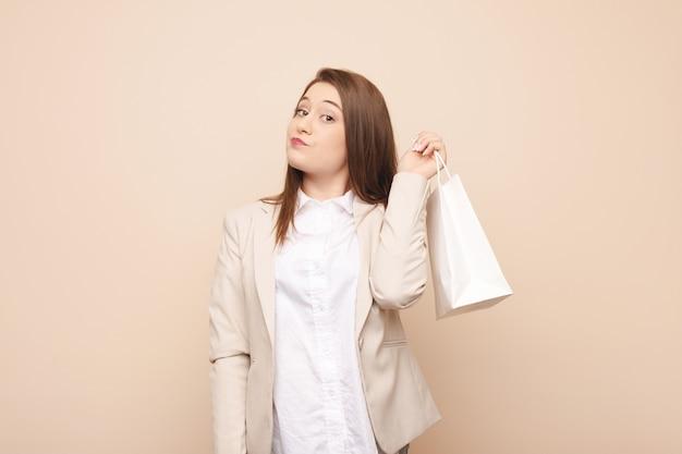 Молодая кавказская женщина собирается по магазинам