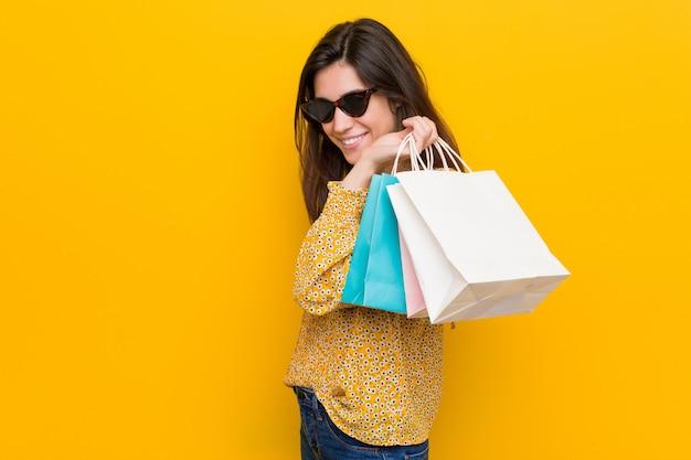 쇼핑가 젊은 백인 여자
