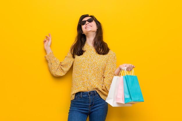買い物に行く若い白人女性