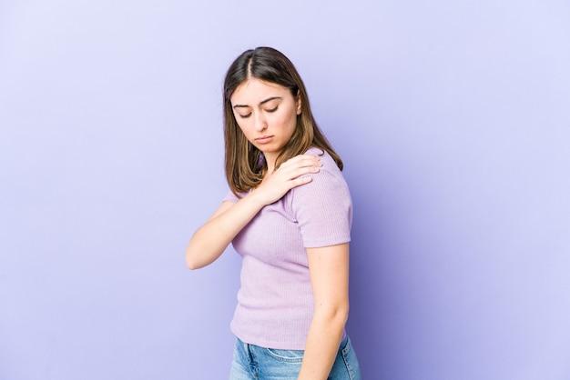 어깨 통증이있는 젊은 백인 여자.