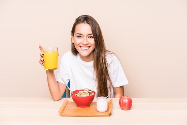 Молодая кавказская женщина за завтраком