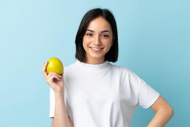 고립 된 사과 들고 젊은 백인 여자