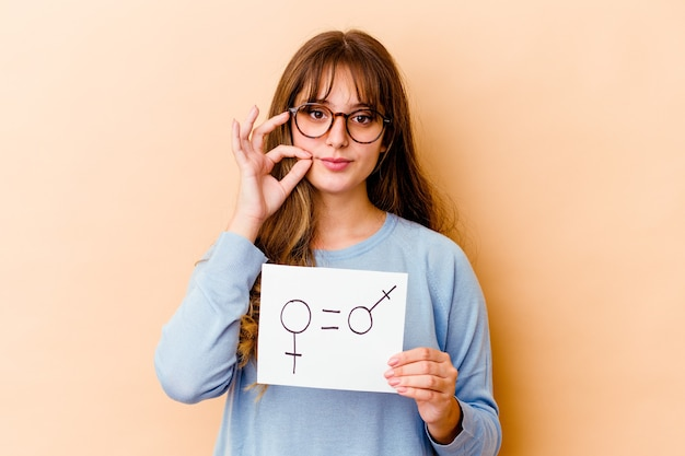 孤立した平等ジェンダープラカードを保持している若い白人女性