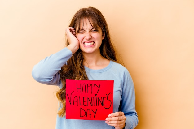 해피 발렌타인 데이를 들고 젊은 백인 여자는 손으로 귀를 덮고 격리.