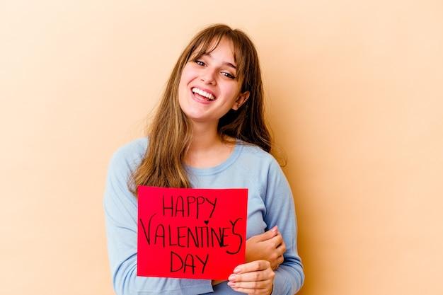 幸せなバレンタインデーを保持している若い白人女性は笑って楽しんで孤立しました