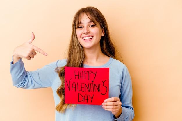 幸せなバレンタインデーの孤立した人を手でシャツのコピースペースを指して、誇りと自信を持って若い白人女性