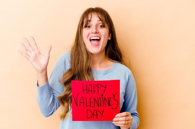 행복 한 발렌타인 데이를 들고 젊은 백인 여자는 즐거운 놀라움을 받고 흥분 하 고 손을 올리는 격리.