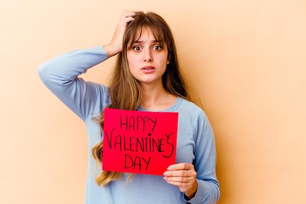 孤立した幸せなバレンタインデーを保持している若い白人女性