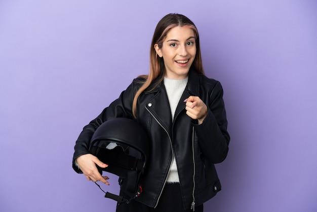 孤立したオートバイのヘルメットを保持している若い白人女性