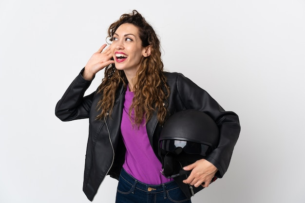 オートバイのヘルメットを保持している若い白人女性