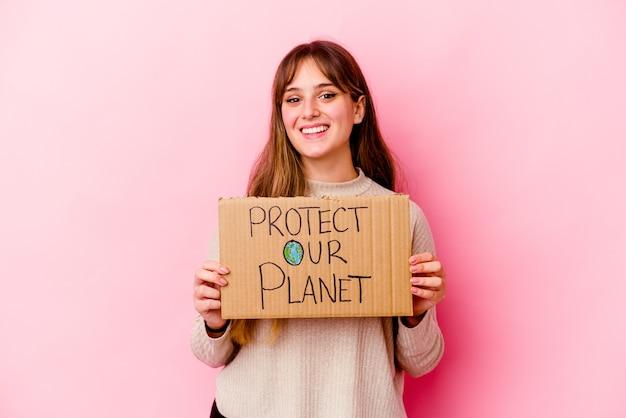 私たちの惑星のプラカードを保護する保持している若い白人女性