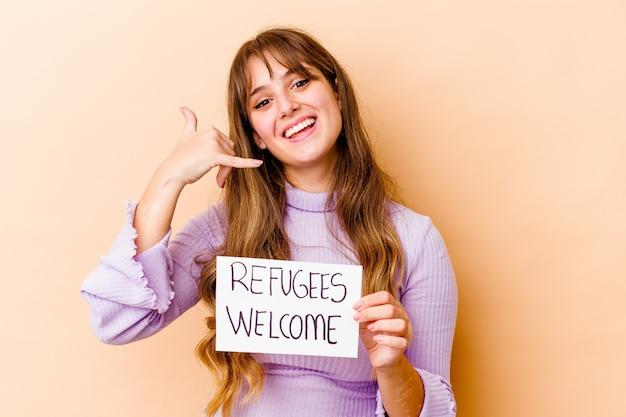 고립 된 난민 환영 현수막을 들고 젊은 백인 여자