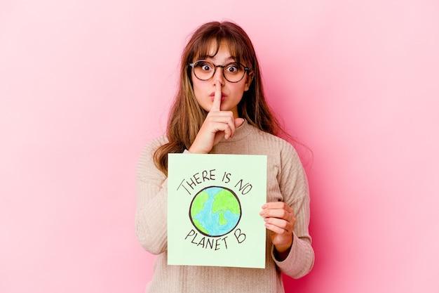 Молодая кавказская женщина, держащая a. не существует изолированной планеты b, которая хранит секреты или просит молчания.