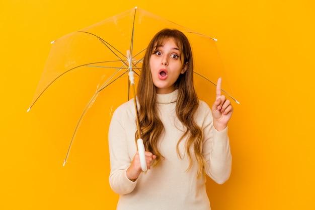 몇 가지 좋은 아이디어, 창의성의 개념을 갖는 절연 우산을 들고 젊은 백인 여자.