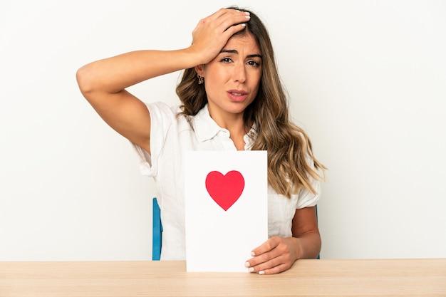 バレンタインデーカードを持っている若い白人女性はショックを受けて孤立し、重要な会議を思い出しました。
