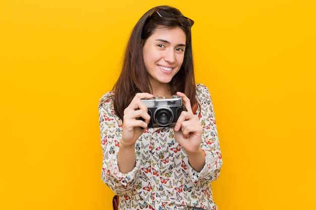 ヴィンテージカメラを保持している若い白人女性