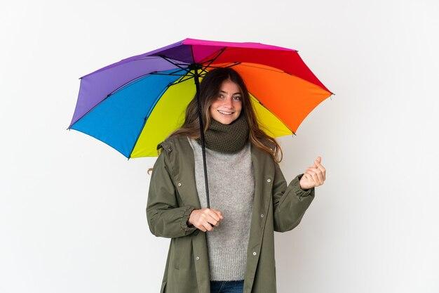 돈 제스처를 만드는 흰색 절연 우산을 들고 젊은 백인 여자
