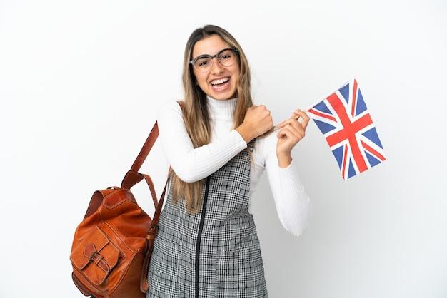 勝利を祝う白い背景で隔離のイギリス国旗を保持している若い白人女性