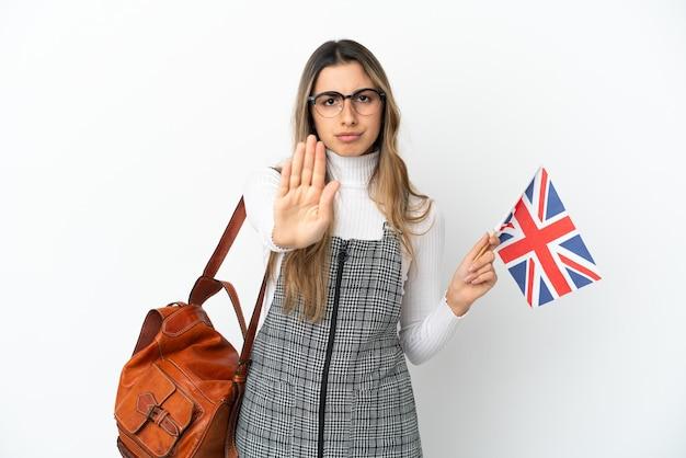 Молодая кавказская женщина, держащая флаг соединенного королевства изолирована
