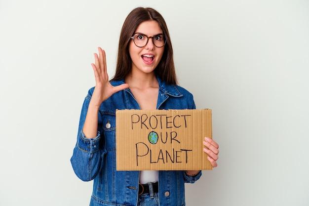 들고 젊은 백인 여자는 작업에 초점을 맞춘 생각, 손가락으로 우리의 행성 현수막 절연 포인팅 사원을 보호합니다.