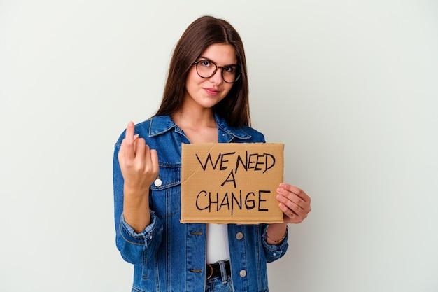 Молодая кавказская женщина, держащая плакат защиты нашей планеты, изолировала кричащий очень сердитый и агрессивный