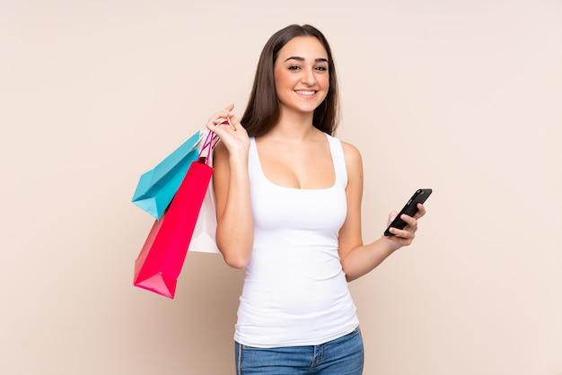 ショッピングバッグを持っている若い白人女性