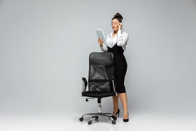 カジュアルな服装で若い白人女性。ボディポジティブな女性キャラクター、プラスサイズの実業家