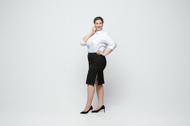캐주얼에 젊은 백인 여자. 신체 긍정적 인 여성 캐릭터, 플러스 크기 사업가