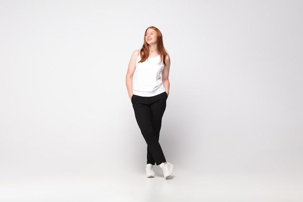 カジュアルな服装の若い白人女性。 bodypositive女性キャラクター、プラスサイズの実業家