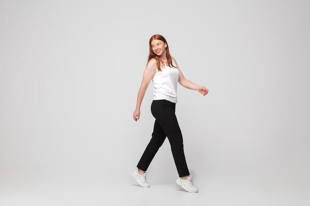 カジュアルな服装の若い白人女性。ボディポジティブ女性モデル